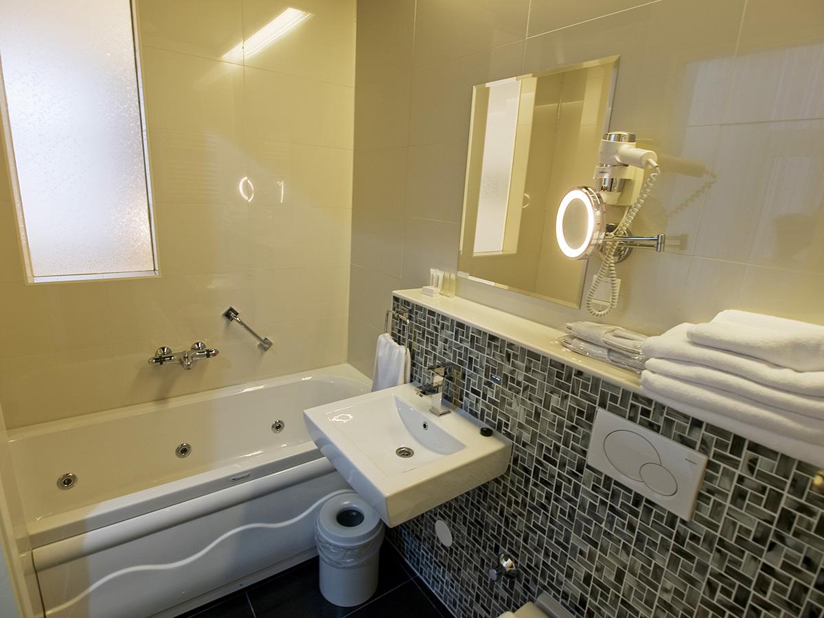 Camera doppia con bagno matrimoniale hotel larende - Camera con bagno ...